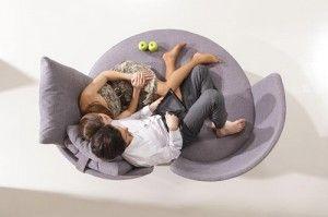 Este sillón circular de dos plazas se llama Apple y es diseño de Fama. Para los enamorados que les encanta estar pegaditos.