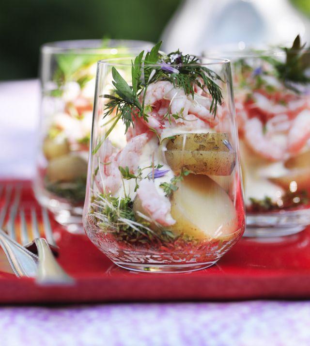 En lækker kartoffelsalat med dejlige kartofler, rejer og smagfuld sennepscreme - perfekt som forret eller et lille let sommermåltid.