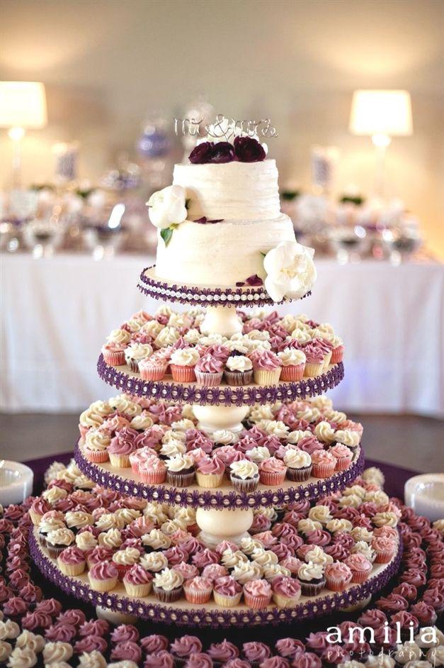 Tolle Idee, einen kleinen Kuchen und dann mehrere Cupcakes zu essen! #Hochzeitstorten   – Hochzeit