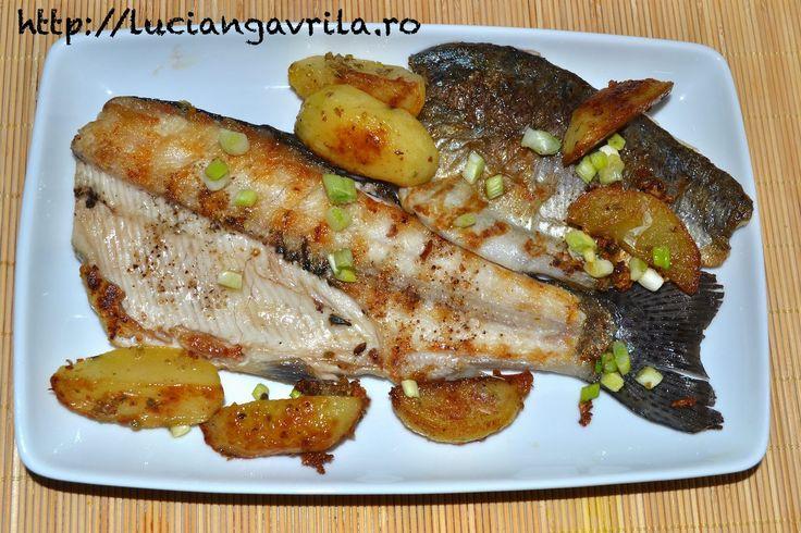 Păstrăv la grill, cartofi la cuptor cu usturoi, ceapă verde și oregano