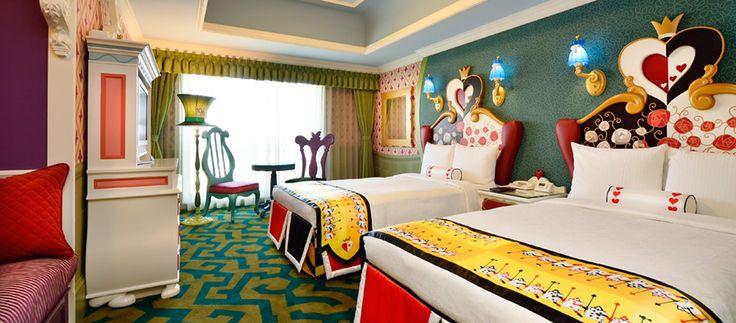 Principi, principesse, avventurieri. Al hotel Disney di Tokyo c'è spazio per tutti e per ogni gusto. Una delle particolarità dell'albergo sono proprio le camere realizzate a tema fiabe! Così troviamo Alice nel Paese delle Meraviglie, la Bella e la Bestia, Cenerentola, Trilly...Tutte da vivere come i