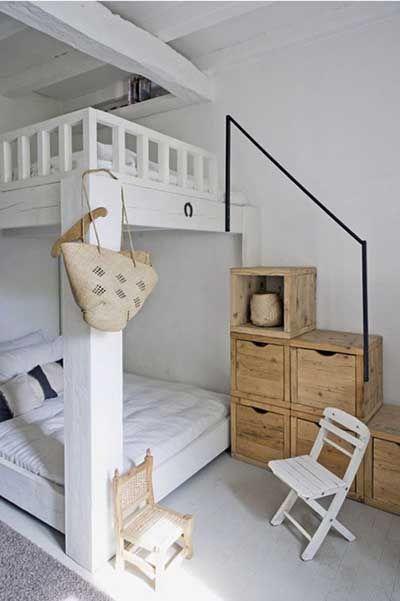 Para habitaciones pequeñas podemos optar por literas con escaleras para almacenar ropa, juguetes...