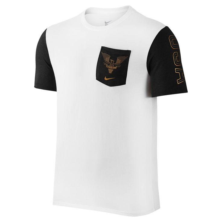 """Camiseta Nike Usab Rio Hero Masculino- Estampa personalizada na parte frontal e assinada na parte de trás pelo astro- Modelo faz referência aos jogos olímpicos do Rio- """"E Pluribus Unum"""" lema dos EUA que significa """"De muitos, um""""- Confeccionada em mescla de algodão e poliéster: conforto para o dia todoSe você está em busca de um modelo que destaque o seu amor pelo basquete, então você não pode deixar de adquirir aCamiseta Nike Usab Rio Hero Masculino, uma peça desenhada para transmitir o…"""
