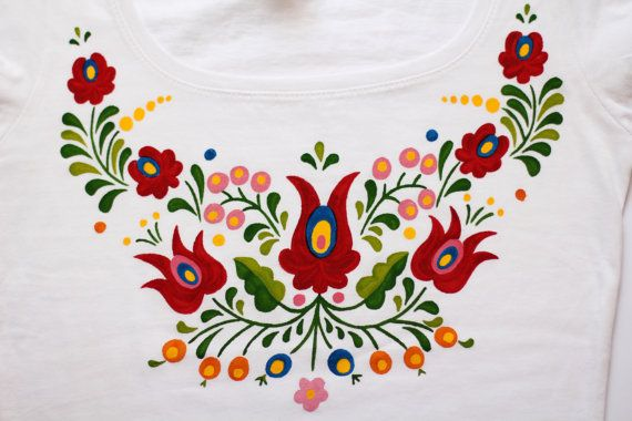 PINTADO a mano Húngaro arte camiseta con flores de por LiliFolkShop