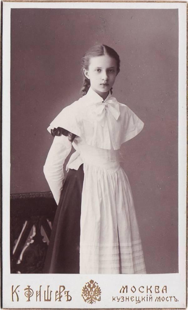 1910年代のロシアの女学生。 この頃のロシアの女学生の制服は、茶か黒のシンプルなドレスに白か黒のエプロンが一般的だった。