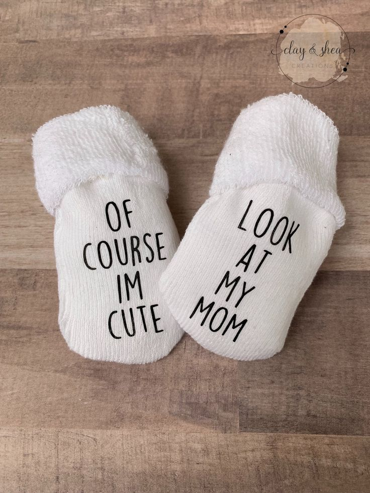 Of Course I'm Cute Look at my Mom – 0-6 Months Baby Socks | Baby Shower Gift | Mom to Be | Diaper Party | Dad to Be