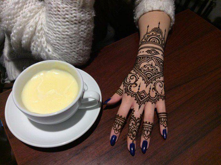 tatouage au henné marocain sur la main d'une femme