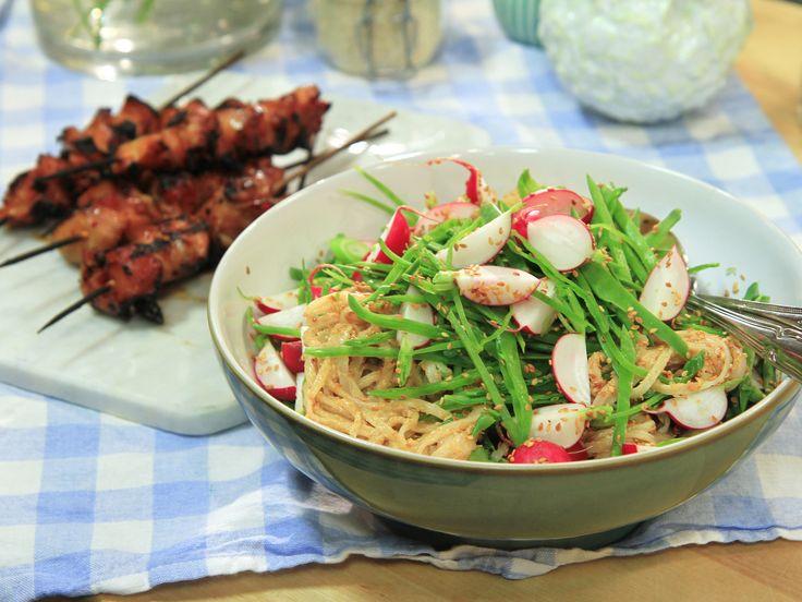Kycklingspett med nudelsallad och krämig sesamdressing | Recept från Köket.se