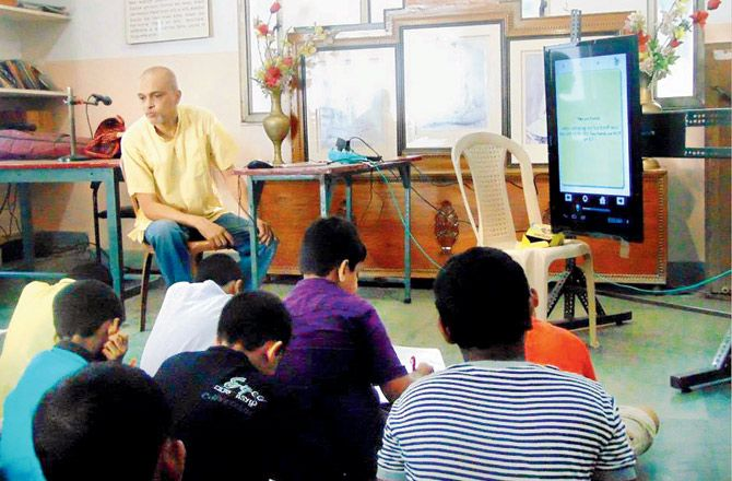 """Biswajit, the trustee of Abheda Foundation, says, """"We always took a bottoms-up approach as we believe that a student-oriented teaching is much more effective than a syllabus-centric one."""" They plan to increase the number of modules to 79 with special emphasis on conjugation, preposition and vocabulary. """"These are the typical pain areas for Bengali-medium students."""