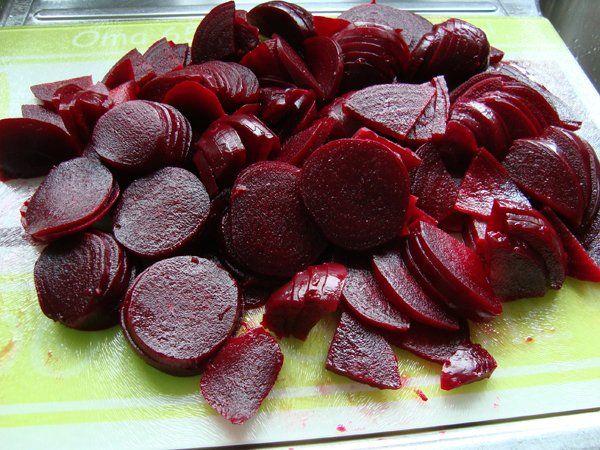 Recept voor Rode biet zoetzuur. Meer originele recepten en bereidingswijze voor diepvriezen, confituur en bewaren vind je op gette.org.