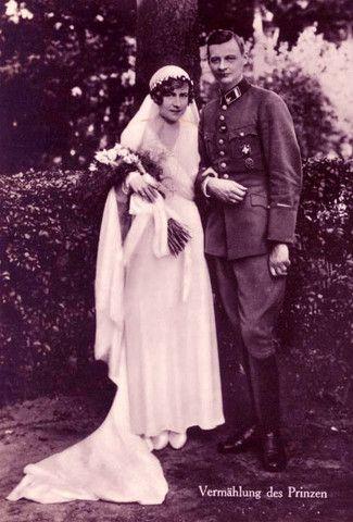 Como la pieza anterior, de élla pasó a su nuera la princesa Dorothea von Salviati en la foto de bodas con su hijo, el príncipe Guillermo Hohenzollern.