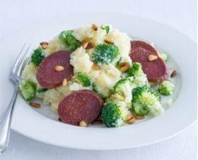 Broccolistamppot met salami Categorie: vlees Keuken: Hollands HOOFDGERECHT - 4 PERSONEN 30 MIN. (ca. 870 kcal p.p.)        Ingrediënten 1,5 kg kruimige aardappelen, geschild 800 g broccoli, in roosjes en steel in plakjes 2 el pijnboompitten 1 el olijfolie 1 salami-worst (250 g), in plakken 200 ml crème fraîche…