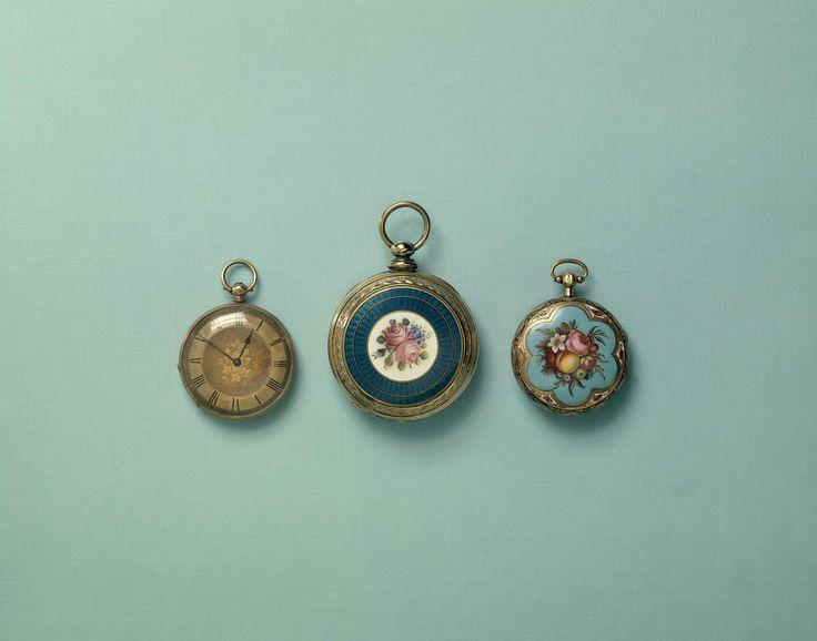 Robert Roskel | Horloge van goud, Robert Roskel, c. 1850 - c. 1900 | Gouden horloge met wit geëmailleerde wijzerplaat. Op de achterbodem een versiering in translucide email met in het midden een medaillon met rozen en vergeet-mij-nietjes.