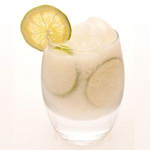 A frozen caipirinha consiste em uma base de gelo batido junto com a caipirinha tradicional. Veja como fazer a esse tipo diferente de caipirinha.