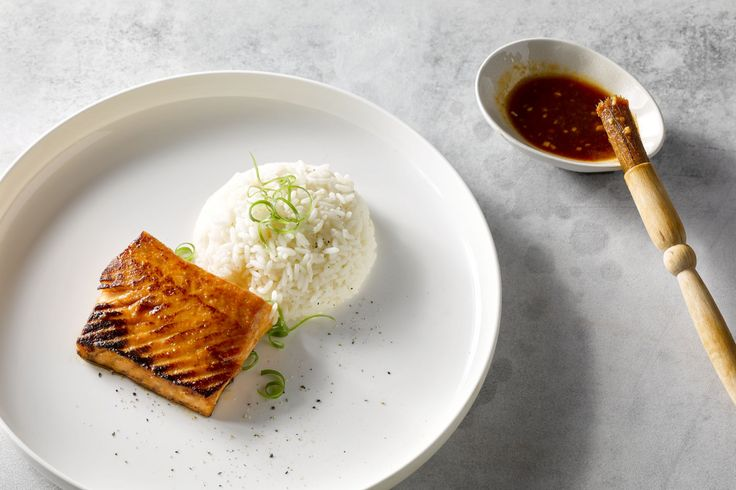 Deze geglazuurde zalm met miso en siracha is lekker pikant. Dit makkelijk gerecht eet je best met wat rijst, om de pittigheid van de sriracha te bluss...