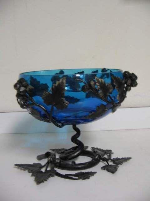 Vaso in vetro con supporto in ferro lavorato