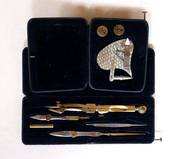 Online veilinghuis Catawiki: Set antiek messing technisch tekengereedschap - Passerdoos en Klinometer -  ca. 1900