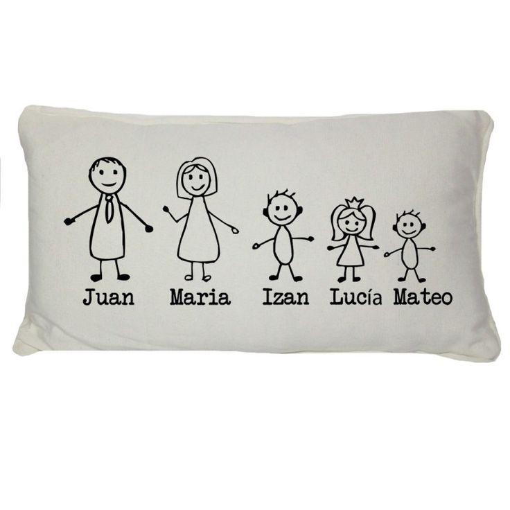 Cojines de familia. Una idea divertida y diferente de regalo para toda la familia, para tener a todos reunidos en el sofá de casa. Un regalo que decora y crea ambiente. Por favor indícanos los nombres de tu familia y en el caso de los niños, indica también si son niño, niña o bebé. Elige el color que más te vaya con la habitación (blanco, camel o gris). Medidas: 45cm x 25cm Precio: 29,90 €