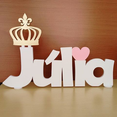Nome de mesa para a princesa Júlia! ♡♥♡ 👸👑Encomendas: atendimento@maniadearte.net whats: 11 97017-6771 #nomepersonalizado #recorte #recortealaser #recortelaser #nomedemesa #floral #tecido #coroa #coroadourada #princesa #rainha #alice #bebe #instababy #baby #decorbaby #menina #coracao #amor #mae #recemnascido #quartodobebe #kithigiene #kithigienebebe #maniadearte #artesanato #decoracao #arte