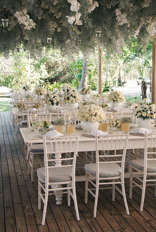 Decoração de casamento em verde e branco - Mesas dos convidados - Arranjo aéreo com folhagens, orquídeas e luzinhas ( Decoração: Patricia Andrade ) #casamento #weddingdecor