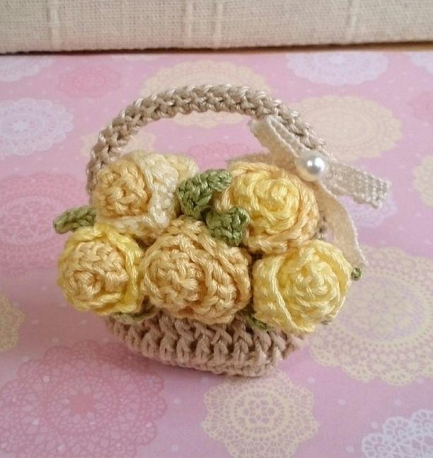 黄色いバラの花かごミニブローチ 2x