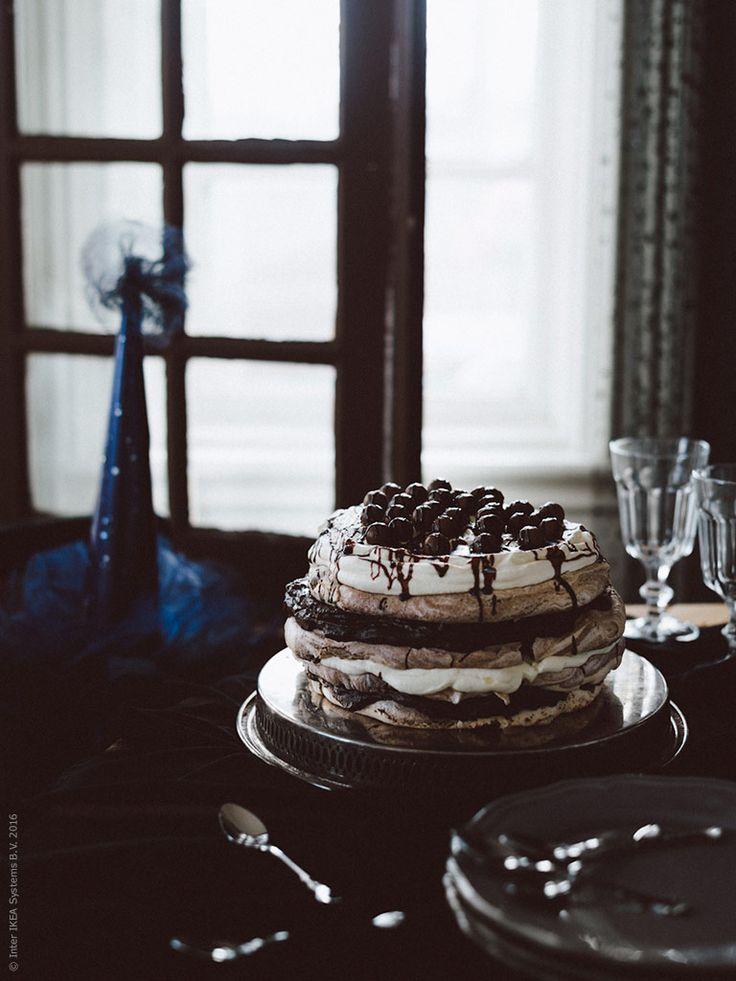 Vad är en fest utan tårta? Testa den här chokladpavlovan med chokladkräm och grädde, dödsgod! Klicka på bilden för att komma till receptet.