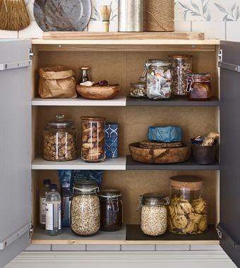 Bewaar de orde in een gedeelde keuken door de deuren en legplanken van een IVAR kast te verven in de kleuren van de huisgenoten.