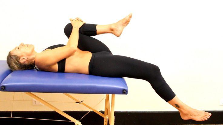 In questo video vediamo un esercizio di allungamento per il muscolo ileo-psoas che, se poco elastico, potrebbe essere causa di lombalgia e di dolori alla bas...