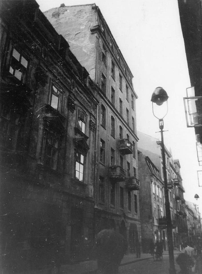 Freta w kierunku Rynku Nowego Miasta, po lewej stronie widoczny wylot ulicy Koźlej.  fot. 1942 r., źr. warszawa.ap.gov.pl / Referat Gabarytów.