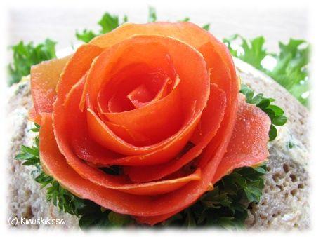 Valitse tomaattiruusua varten kovia tomaatteja, jotka ovat helpompia kuoria. Kuori tomaateista pitkiä suikaleita. Kierrä suikaleen pää rullalle ja ala sitten kietoa ympärille löyhästi