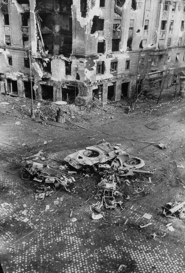 1956. november. Budapest. Szovjet tank maradványai. Körülötte villamos forgózsámolyok. Talán egy favázas kocsi égett porrá vele együtt.