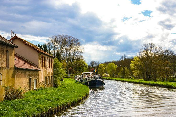 Burgund ist eine von Frankreichs wohl schönsten Regionen – Die Landschaften sind geprägt von Weinbergen, grünen Weiden und gelb leuchtenden Rapsfeldern. Durchzogen werden diese von zahlreichen Kanälen und Flüssen, auf denen ihr an bezaubernden Ortschaften und verwunschenen Chateaus vorbeifahrt.
