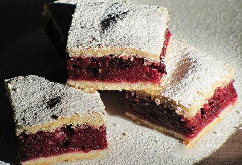 Pokud máte posbírané třešně a nevíte co s nimi, připravte si chutný třešňový koláč. Delikatesa.