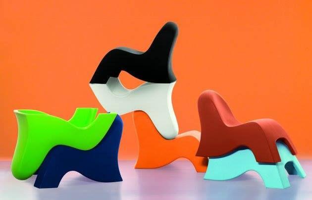 Játékos és praktikus! Színes műanyag székek a fantázia táplálásáért! :D A tervező: Dominic Symons!