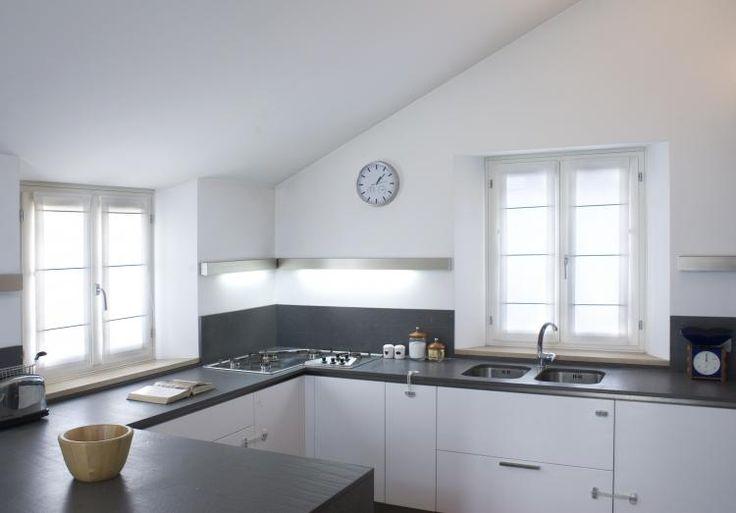 Cucina con tende a pacchetto a vetro in tessuto misto/lino di tipo radiale con inserti decorativi in alluminio argentato. Realizzato da Tappezzeria Semenzato di Mestre