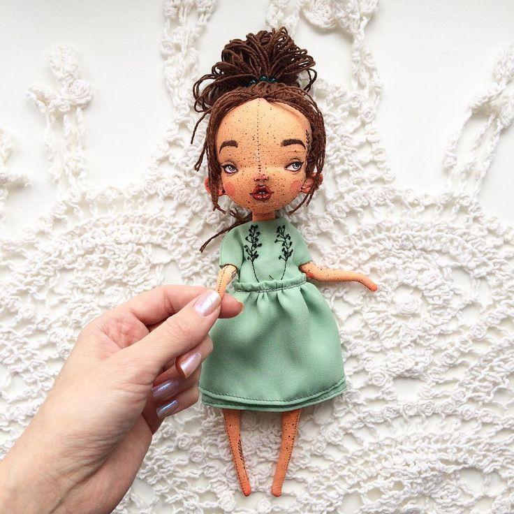 Итак, Кукло. Для путешествий и для сидения на полке. Грунтованный текстиль, руки двигаются, ноги сгибаются. Не стоит, сидит сама. Платье можно снять. Рост 25 см.  7000₽ и почта. Кому Кукло?