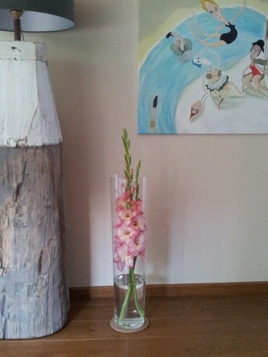 Hoge vaas met gladiolen