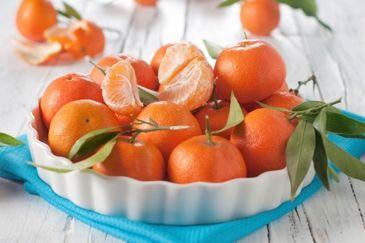 Mandarijnen zijn populair: Nederlanders eten jaarlijks gemiddeld 4 kilogram van deze citrusvrucht. Logisch, want ze zijn lekker zoet en ook nog eens een gezonde en slanke snack.  http://www.gezondheidsnet.nl/groente-en-fruit/artikelen/12252/mandarijnen-hapklare-vitamines