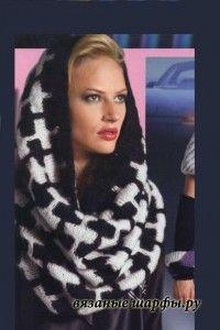 черно-белый вязаный шарф-труба спицами с узором из снятых петель фото