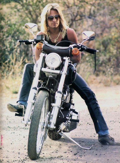 Vince Neil of Mötley Crüe. Old school.