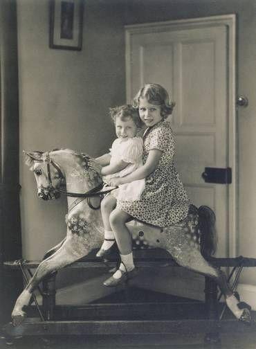 Elizabeth e Margaret brincam em cavalinho, em 1932 Foto: Royal Collection Trust / (C) Her Majesty Queen Elizabeth II 2014