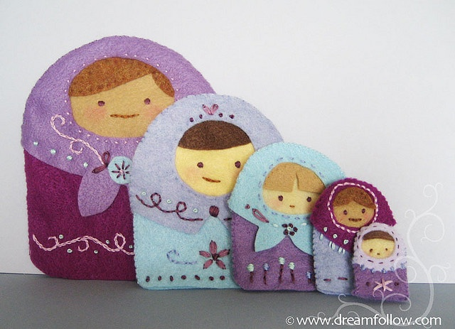 Felt nesting dolls...what cuties. Might be fun to make these out of paper.