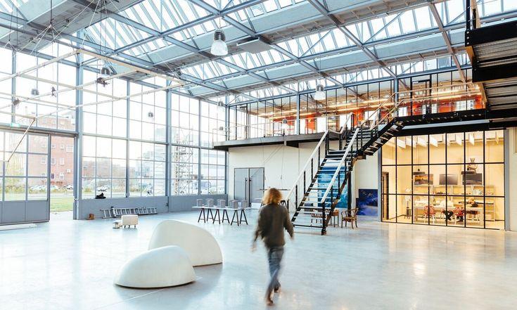 Kantor konsep terbuka modern ini dulunya adalah sebuah pabrik kaca. Anda percaya? #kantor