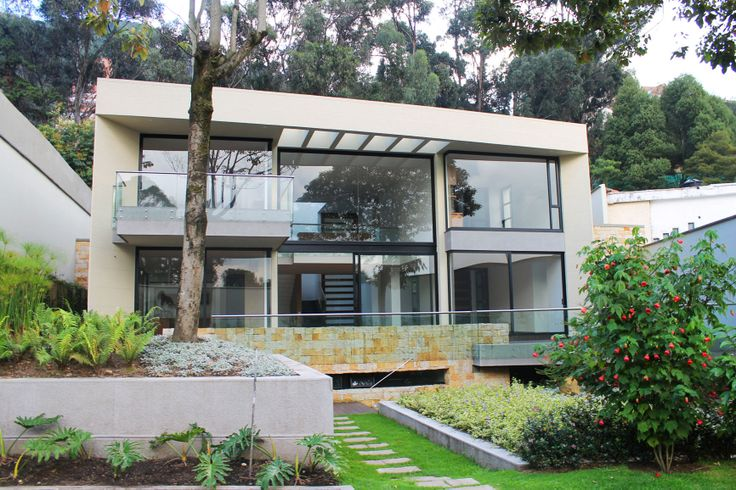 Colombia, Bogota. Aprovechando el entorno verde y la cercanía a Bogotá, se diseño una casa suburbana de espacios semi-integrados, muy iluminados y volcados hacia el jardín interior.  http://www.colombiaexclusive.com/inmobiliaria/laventa.php?idventa=404