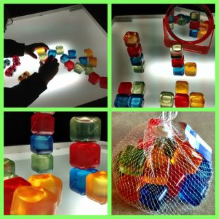 Cubitos de hielo de plástico de colores.
