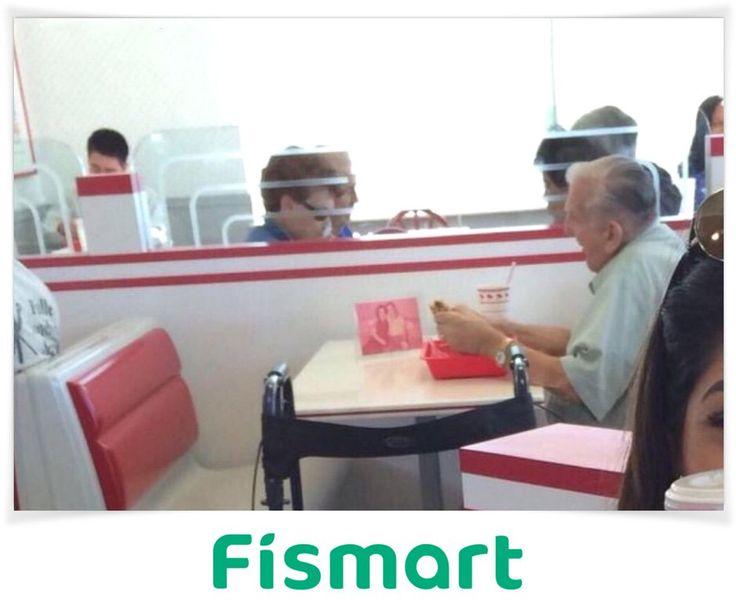 Пожилой мужчина обедает с фотографией своей жены  Очень трогательно!..