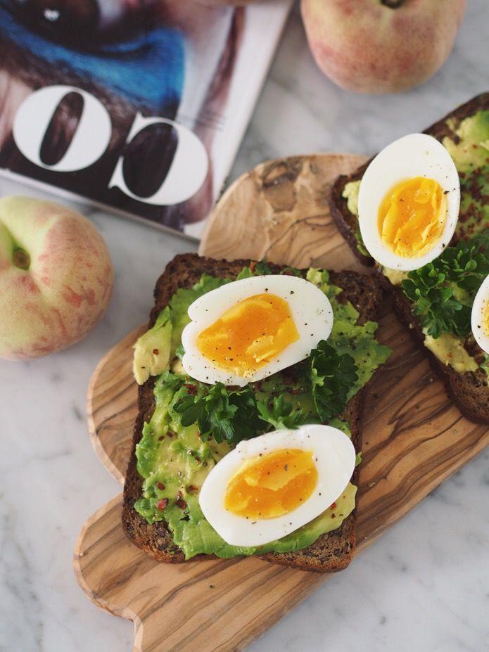 Nøttebrød med avokado og egg
