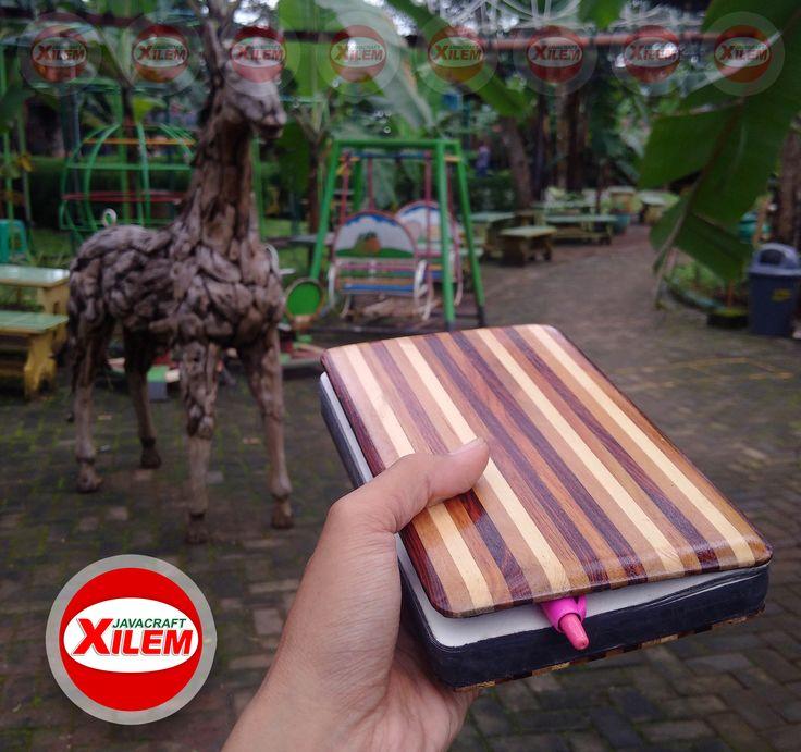 Buku Cover Kayu ( Note book, Diary / Catatan, Agenda )  Cover buku terbuat dari perpaduan bermacam jenis Kayu  Motif Kayu Original ~~ tanpa pewarna Handmade Mojokerto, Jawa Timur (made in Java)  Size : 12,5cm X 20cm Tebal : 2,5cm Isi : 125 Lembar (250~halaman) Kertas : Book Paper 80gsm Berat (kurang dari 1/2 Kg)