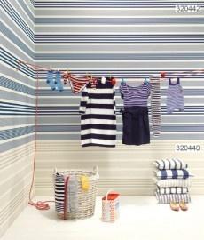 Gestreept behang van Eijffinger in horizontale banen aangebracht. Met 'lambrizering' in een andere kleur. Maakt kleine kamers ruimtelijker!