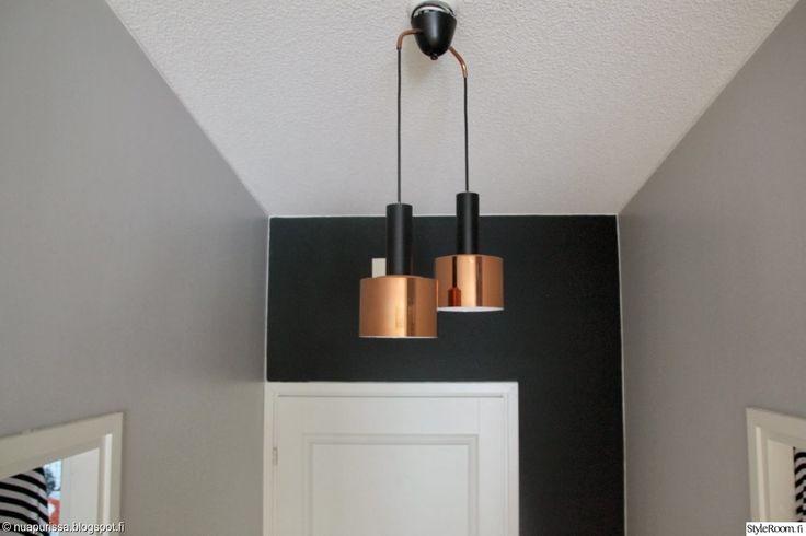 """""""nuapurissa"""" kertoo eteislampun löytyneen miehen ullakolta. Johdot maalattiin spraylla mustaksi. Lamppu sopiikin erinomaisesti mustaan seinään. #styleroom #inspiroivakoti #valaisin"""